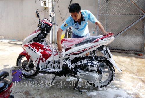 Sử dụng dung dịch rửa xe chuyên dụng để rửa xe