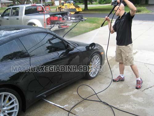 Bạn cần nắm được cách rửa xe ô tô đúng cách để tránh những sự cố không mong muốn