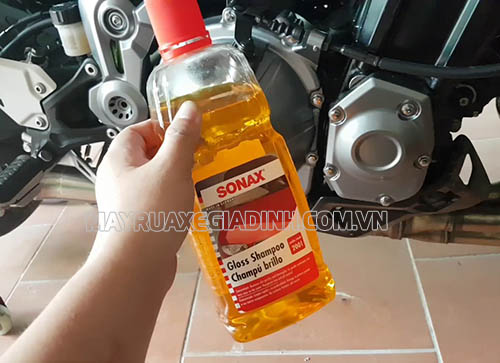 Người dùng xe máy nên sử dụng dung dịch rửa xe chuyên dụng để rửa xe