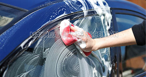 Có nên rửa xe bàng dầu gội đầu