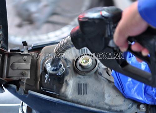 Đổ xăng đầy bình tránh tình trạng xe khó nổ máy