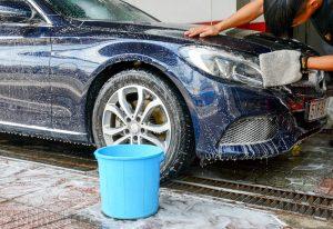 Rửa xe bằng xà bông là cách lựa chọn của nhiều người khi rửa xe tại nhà
