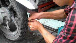 Kiểm tra, vệ sinh lốp trước khi làm đen