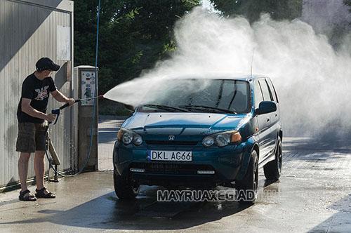 Rửa xe bằng thiết bị phun rửa áp lực lớn