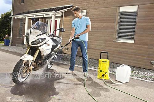 Người dùng nên rửa xe máy bằng máy rửa xe mini