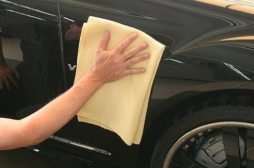 Dùng khăn khô thâm nước lau nhẹ thân xe