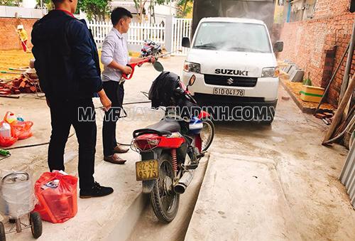 Thử máy rửa xe tại cơ sở của anh Hưng