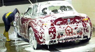 Rửa xe ô tô đúng cách là không rửa bằng xà phòng