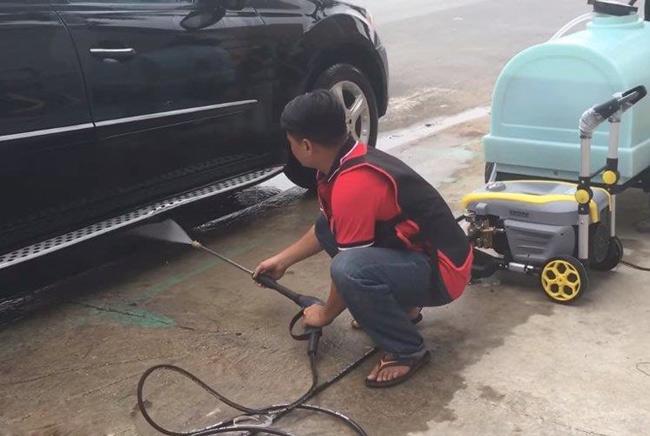 Máy rửa xe cao áp tại tiệm rửa xe