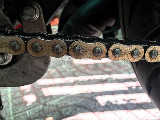 Sên xe bám nhiều bụi bẩn do quá trình sử dụng
