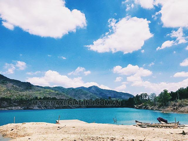 Hồ Đá Xanh gần sườn núi Dinh